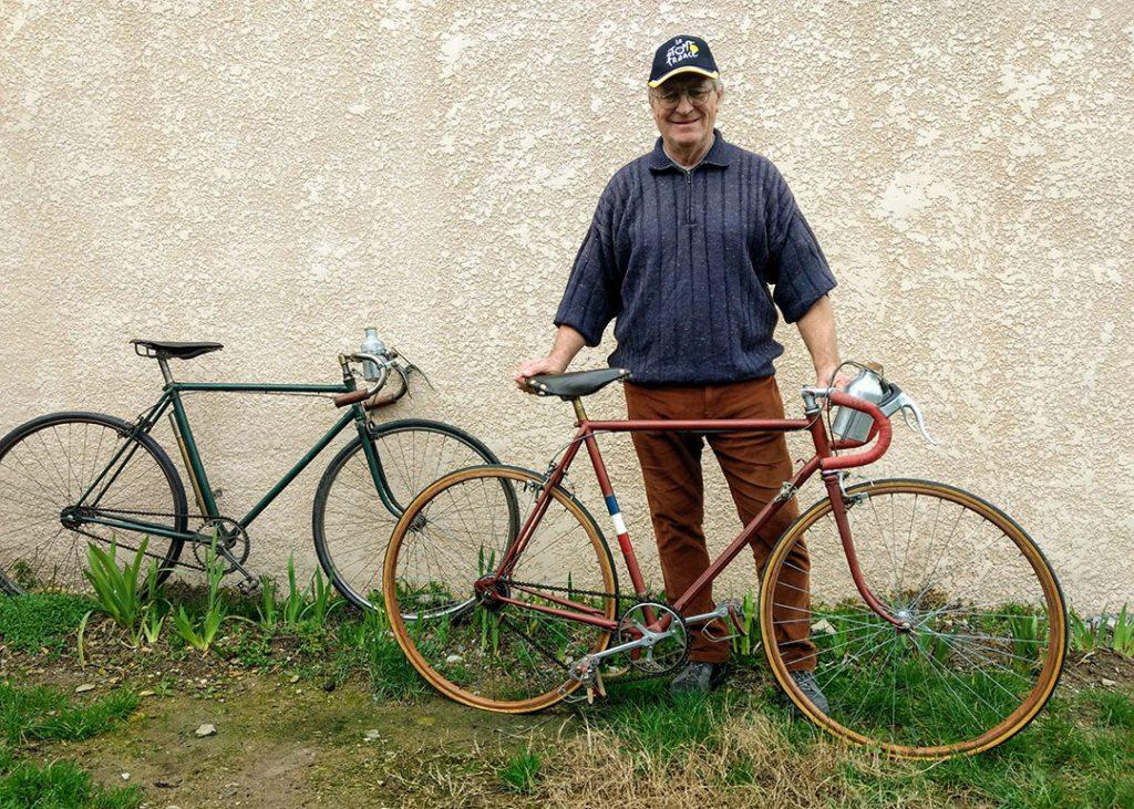 Photo de Serge avec deux de ses plus vieux vélos